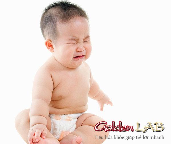 Trẻ sơ sinh bị táo bón mẹ phải làm sao?