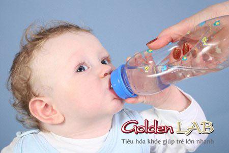 Trẻ bị tiêu chảy mẹ nên cho trẻ bù nước