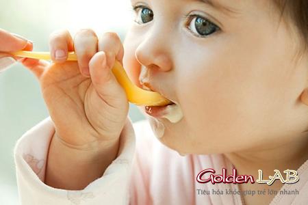 Cho bé ăn sữa chua để hỗ trợ chị tiêu chảy cho bé