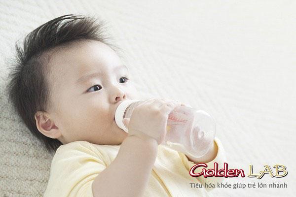 Cho bé uống nước thường xuyên khi bị tiêu chảy